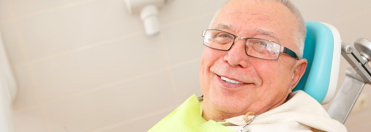 k&k zahnaerzte mobilodent senior auf dem Behandlungsstuhl