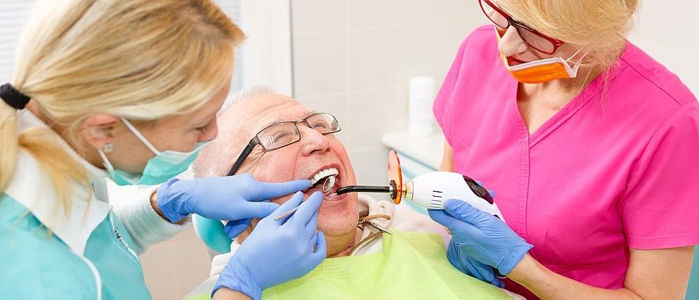 k&k zahnaerzte mobilodent Senior bei der Zahnbehandlung